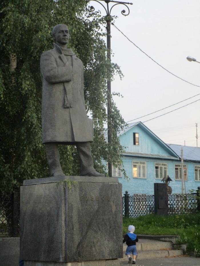 1450880579_pamyatnik-nikolayu-rubcovu-v-vologde-e1450430304441.jpg